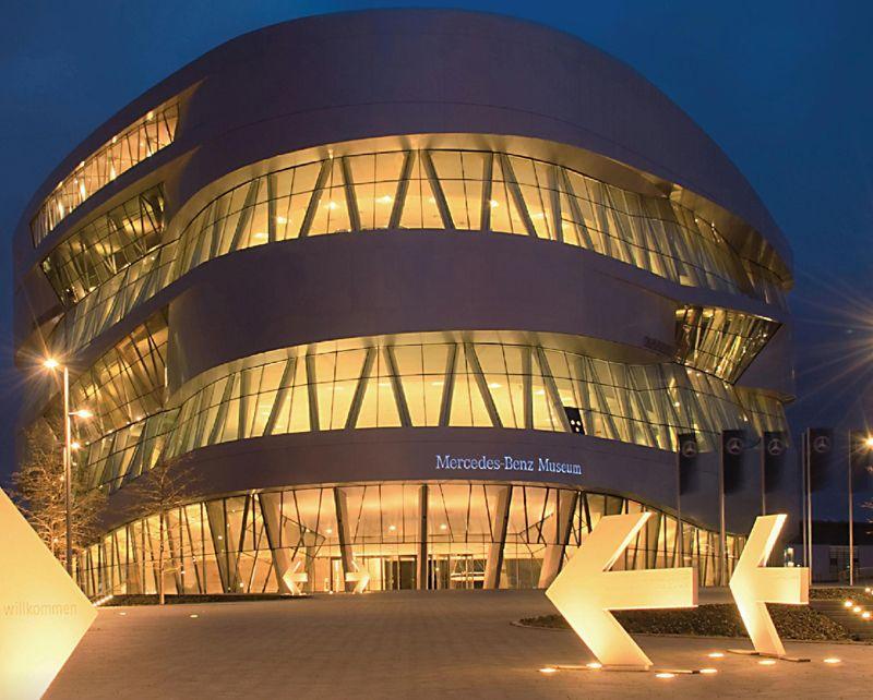 这座建筑将屋顶,墙,地板三个概念融入一片连续的曲面中,就像是
